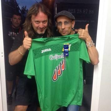 Fito Cabrales y Gorka con la camiseta del C.D. Guijuelo