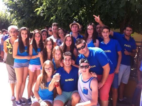 Jóvenes disfrutando de las fiestas de Montejo. foto Isidoro Herraez.