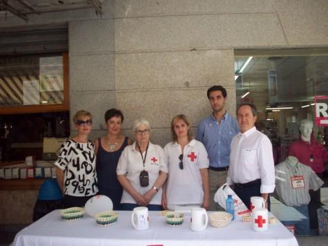 Voluntarios y concejales del Ayuntamiento de Guijuelo en el Día de la Banderita de Cruz Roja. Foto Cruz Roja.