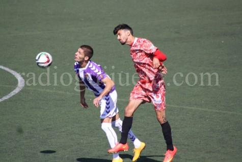Chema Antón disputa el balón ante unjugador del Valladolid B.