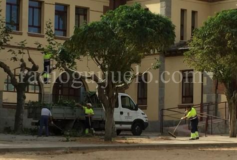 Operarios municipales realizando trabajos de mantenimiento.