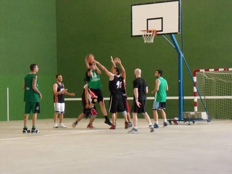 Equipo de baloncesto en un partido de la temporada pasada.