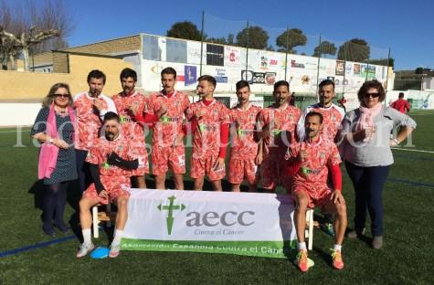 Jugadores del CD Guijuelo junto a las respresentantes de la AECC de Guijuelo.
