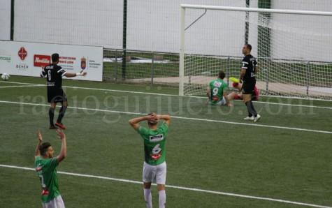 Momento del encuentro entre el CD Guijuelo y el Racing de Ferrol.