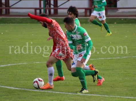 Néstor Gordillo lucha un balón ante un jugador del Astorga.