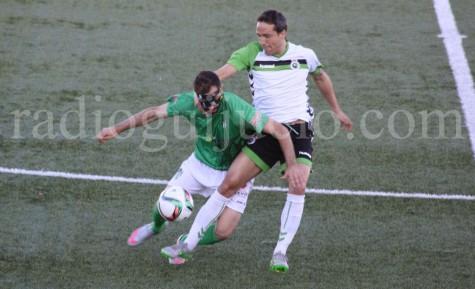 Nacho Rodríguez disputa un balón junto a César Caneda.