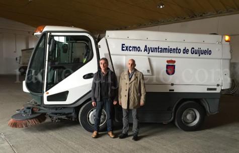 El concejal, Samuel Ferández y Tomás Durán junto a la nueva Barredora.
