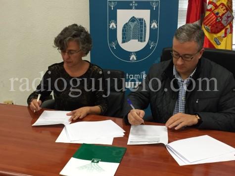Firma entre el alcalde de Guijuelo, Julián Ramos y la directora general de Caja Rural de Salamanca, Isabel Martín.