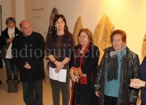 La artista Elisa Merino y la concejal de Cultura Maria Jesús Moro en la exposición.