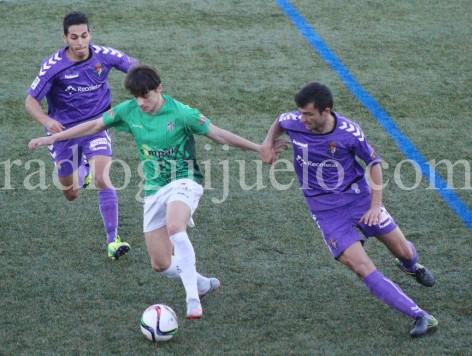 Luque intenta controlar el balón ante la presencia de dos jugadores del Real Valladolid B.