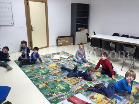 Niños y niñas en las Navicolonias.