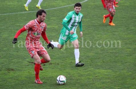Rubén Palazuelos conduce el balón ante la presencia de un jugador del Somozas.