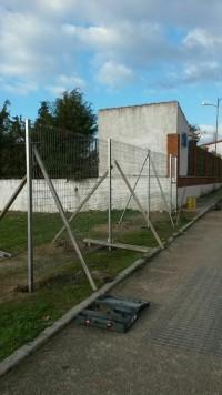 Valla que delimitará el recinto deportivo de Ledrada.
