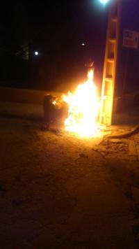 Un contenedor ardiendo. Foto Policía Local de Guijuelo.