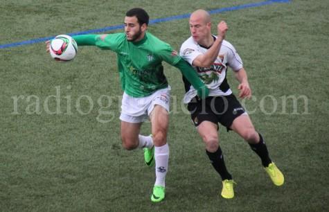 Ayub intenta controlar el balón ante un jugador del Tudelano.