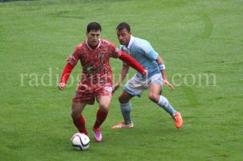 Jonxa Vidal ante un jugador del Celta B.