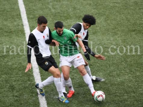 Pino intenta marcharse de dos jugadores del Burgos.