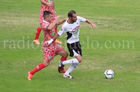 Piojo lucha un balón con Óscar Valero