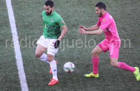 Antonio Pino da un taconazo ante un jugador del Compostela