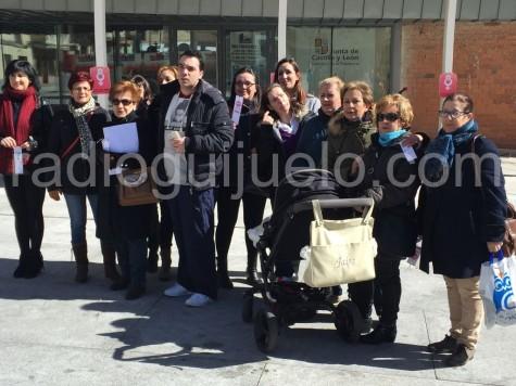 Asistentes en el Día Internacinal de la Mujer en la plaza Mayor.
