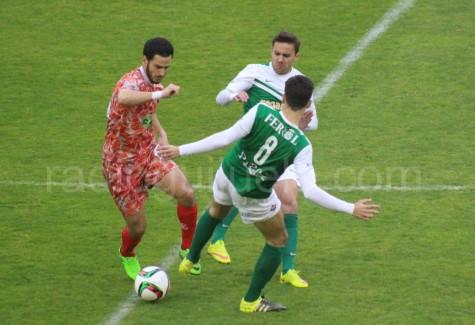 Ayub intenta marcharse de dos jugadores del Racing de Ferrol en A Malata.
