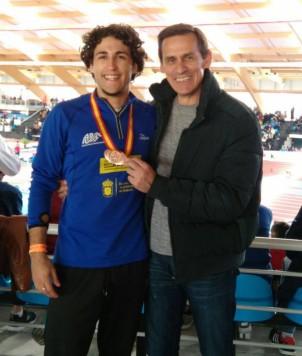 David Alejandro junto a su entrenador. Foto ADVS.