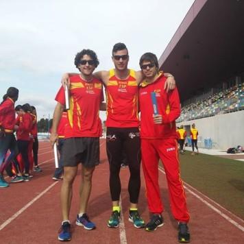 David Alejandro junto a dos integrantes de la selección española. Foto Óscar Husillos