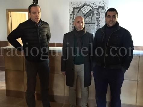 El concejal de Servicios General, Samuel Fernández junto a dos técnicos municipales en el futuro albergue.