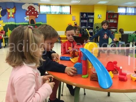 Niños y niñas jugando en la Ludoteca Municipal.