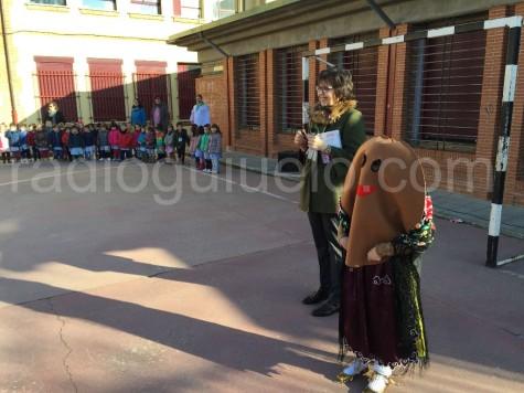Quinti Sánchez, directora del Colegio Filiberto Villalobos junto a la moscota de la Semana Cultural.