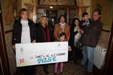 Entrega de un cheque de 1425 euros. Foto Sonrisa de Alejandro.