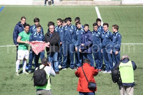 El equipo del Alhambra Cadete realizó el saque de honor.