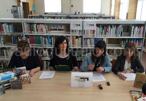 La concejal de Cultura María Jesús Moro junto a las responsables de la Biblioteca.