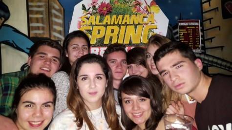 Jóvenes promocionando el evento.Foto Salamanca Spring Break