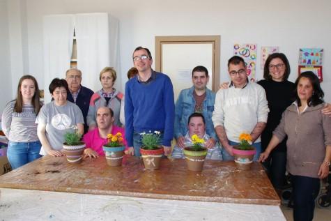 La Asociación de discapacitados de Guijuelo participando de un taller mediambiental