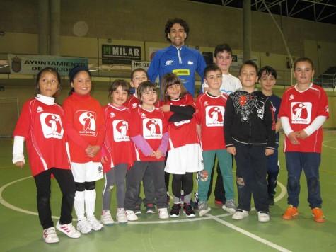 David Alejandro junto a alumnos del Miguel de Cervantes. Foto Miguel de Cervantes.