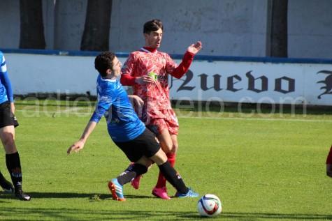 Aitor Aspas disputa un balón ante un jugador de la Peña Sport