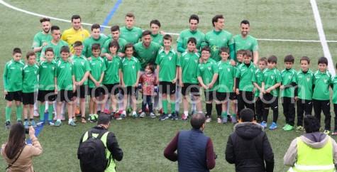 Los equipos Benjamín A y Prebejamín B realizaron el saque de honor.