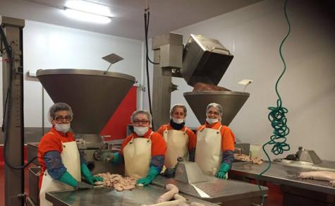 Trabajadoras en un fábrica de Guijuelo. Foto Julián Martín.