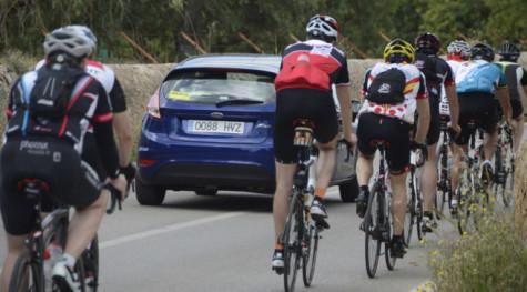 Un coche adelanta a varios ciclistas en un carretera secundaria. Foto elmundo.es