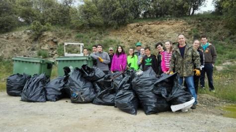Voluntarios que se desplezaron a realizar labores de limpieza en el rio Tormes.