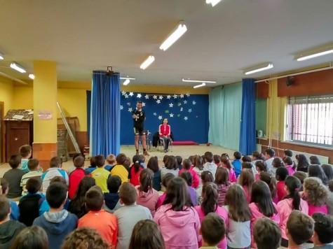 Visita de dos deportivas del proyecto Muévete por lo que no pueden en el Miguel de Cervantes