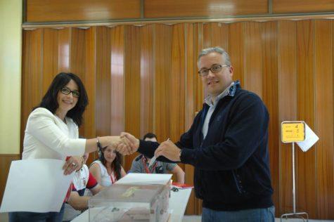 El alcalde Julián Ramos ejerciendo su derecho a voto.