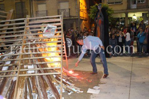 Julián Ramos procede al encendido de la hoguera. Foto archivo.