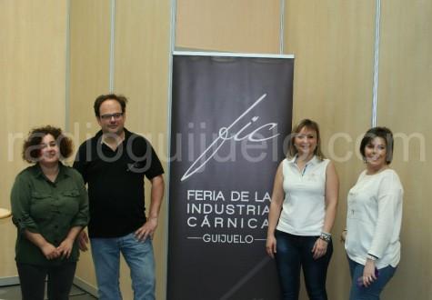 La concejal de Ferias, Sandra Méndez junto a  los técnicos de la FIC