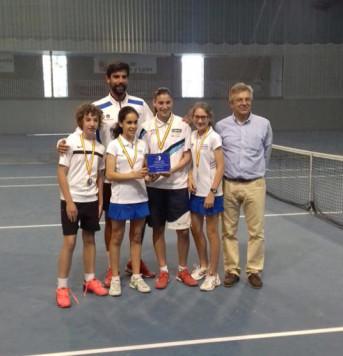 Paula Sánchez junto a sus compañeras. Foto club guijuelense de tenis y pádel.