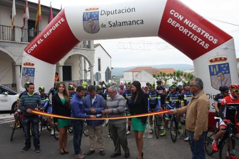 Salida de la Vuelta en Ledarda. Foto Ayto. Ledrada.