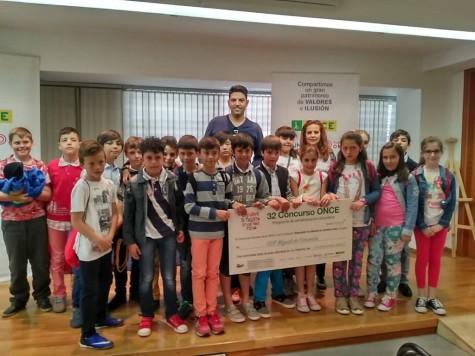 Alumnos del Cervantes recogiendo el premio regional de la Fundación ONCE. Foto Colegio Miguel de Cervantes.