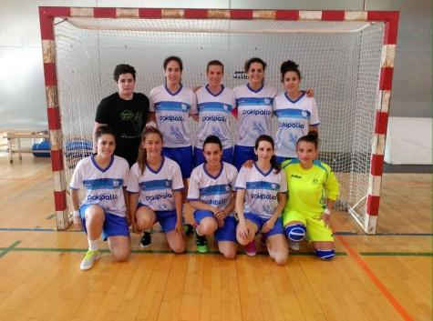 Nuria Delgado, segunda arriba por la izquierda y Lara Carrasco, quinta por abajo, con su equipo.  Foto  C.D. Salamanca F.S.