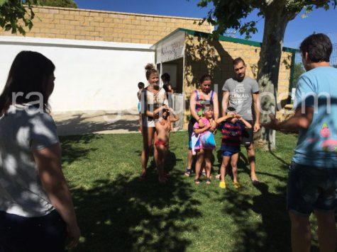 Niños disfrutando de actividades en la ludopiscina